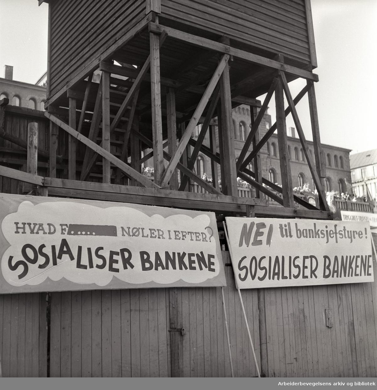 1. mai 1957, Youngstorget. Parole: Hvad f... nøler i efter? Sosialiser bankene. Parole: Nei til banksjef-styre! Sosialiser bankene.