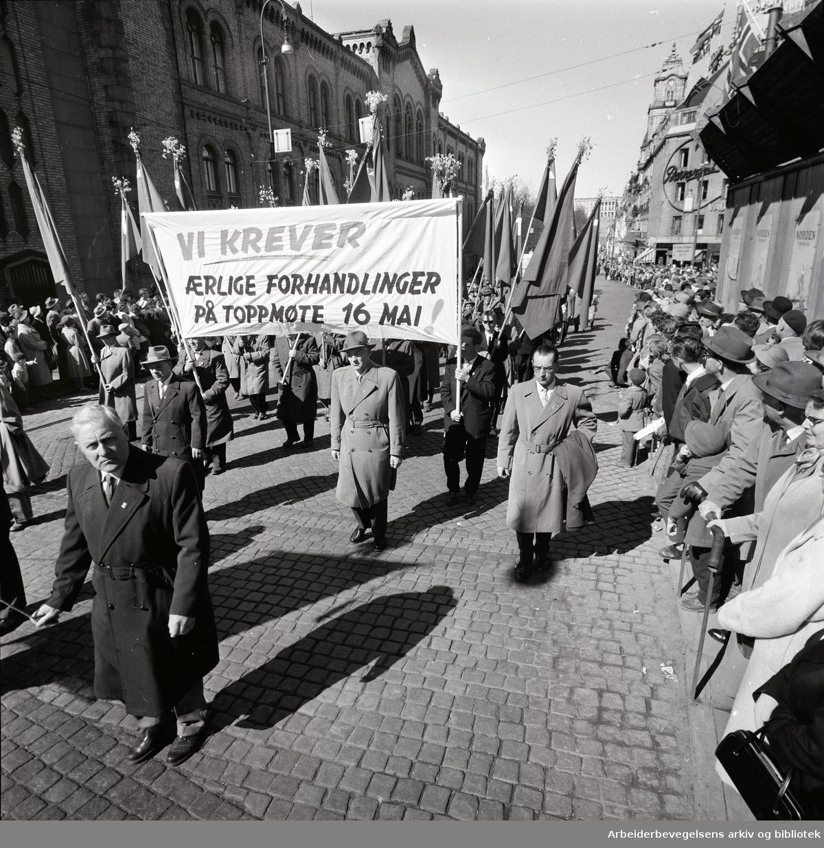 1. mai 1960 i Oslo.Karl Johansgate..Demonstrasjonstoget..Parole: Vi krever ærlige forhandlinger på toppmøte 16. mai!.