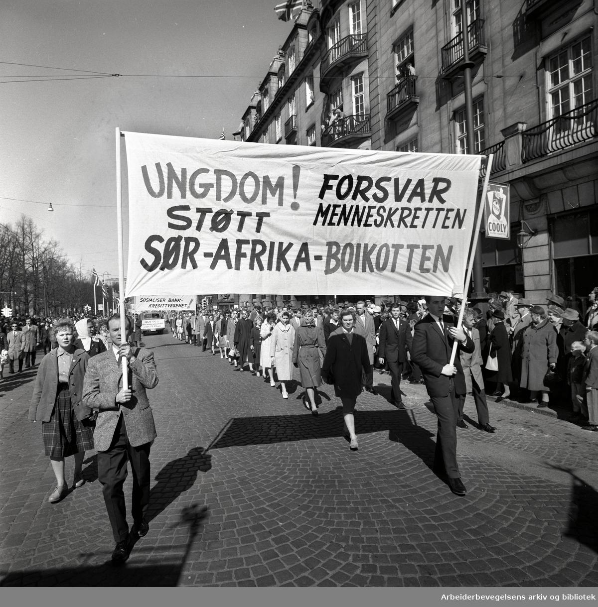 1. mai 1960 i Oslo.Karl Johans gate..Demonstrasjonstoget..Parole: Ungdom! Forsvar menneskeretten.Støtt Sør-Afrika-boikotten.