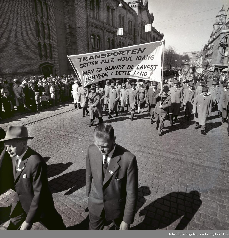 1. mai 1960 i Oslo.Karl Johans gate..Demonstrasjonstoget..Parole: Transporten setter alle hjul igang men er blant de lavest lønnede i dette land!.