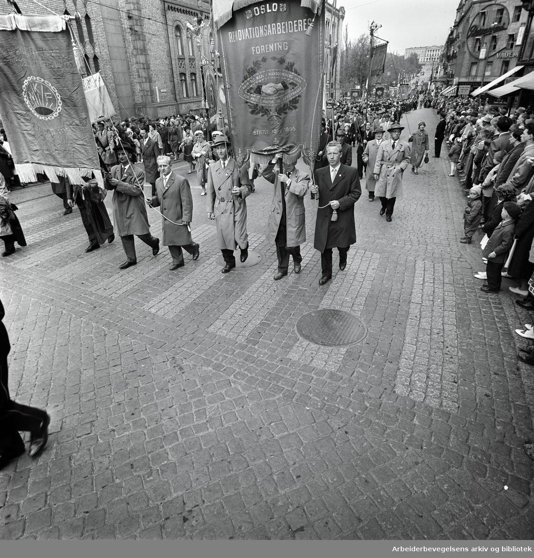 1. mai 1961 i Oslo.Demonstrasjonstoget på Karl Johans gate..Fane: Oslo Renovationsarbeidernes Forening.Fane: Oslo Kommunale Skolefunksjonærers Forening