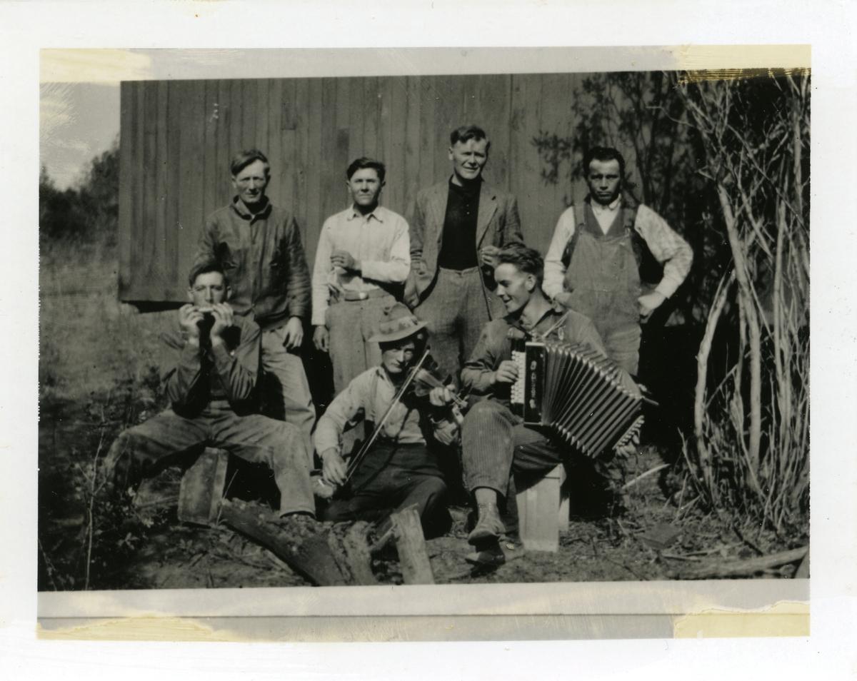 Fergearbeidere i Canada rundt 1929. Musikantene er fra venstre: halvard Skaar, Halvard Hagen og Halvar Myrheim, alle fra Skrautvål. Bak står (fra venstre) Nils Bondli, 2 tsjekkere og Anders Goflebakke