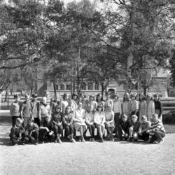 Skolklass fotograferad på GA-skolans skolgård.