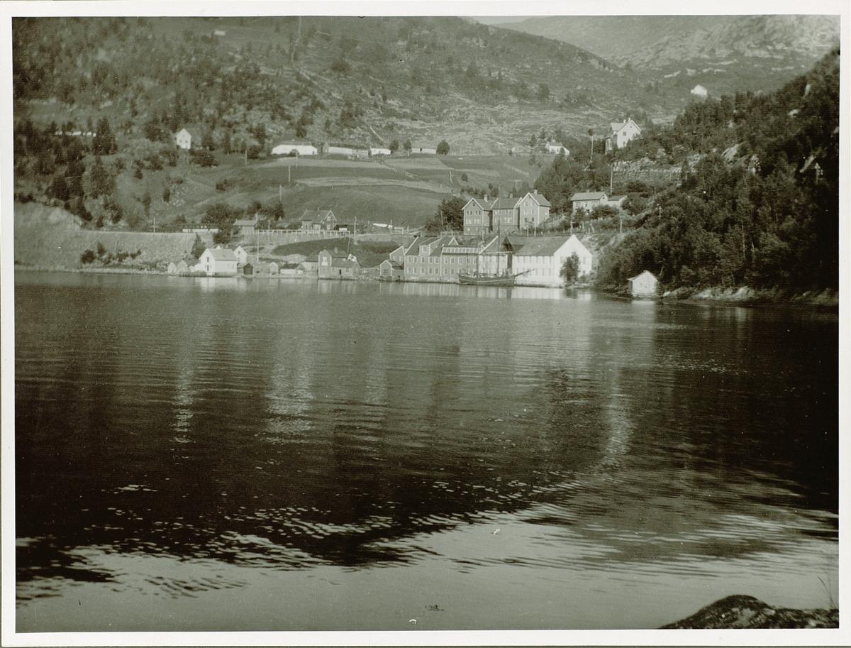 Trengereid Fabrikker (1895–1999) var ein av dei store norske produsentane av lisser, band, snorer og strikk. Fabrikken produserte alt frå isolasjonsband og etikettar, til BH-stropper og selar. Trengereid leverte òg varer som halvfabrikat til andre bransjar: frå linning og etikettar i konfeksjon til vikleband i elektroindustrien.  I 1910 byggjer Karl Jebsen ein ny fabrikkbygning på Solheim utanfor Bergen: Karl Jebsens Baand- og Lidse-Fabrik. Denne blir seinare ei avdeling i Trengereid Fabrikker