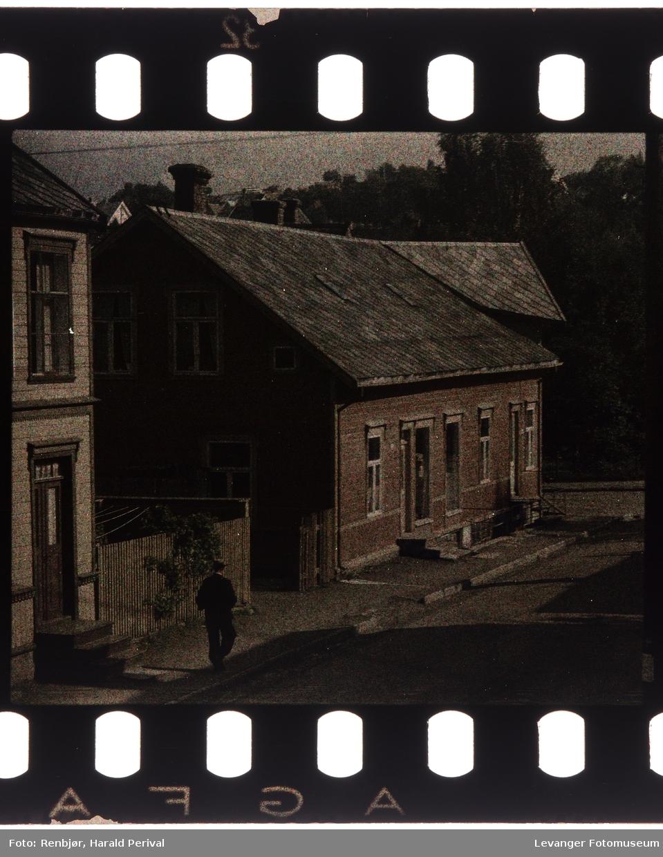 Brugata fotografert fra hjørnevinduet.
