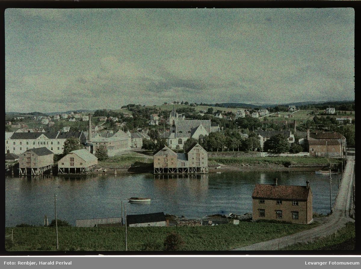 Utsikt mot Levanger fra Korenhaugen, melkefabrikken og kirke.