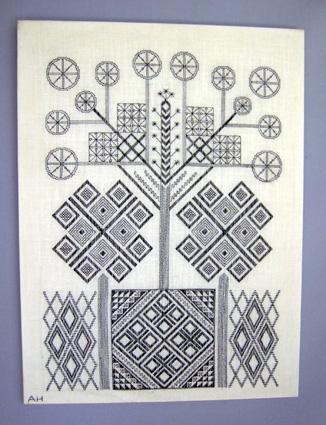 """Broderad tavla TRÄDET komponerad av Anna Hådell. Blekt linneväv broderad med svart lingarn i plattsöm, rutsöm och dubbla efterstygn. Tavlan finns avbildad i boken """"Svartstick"""" från 1980 i avdelningen """"För inspiration"""".   Linneväven är limmad på pappskiva och monterad i träram. Signerad med broderat """"AH"""" i nedre vänstra hörnet."""