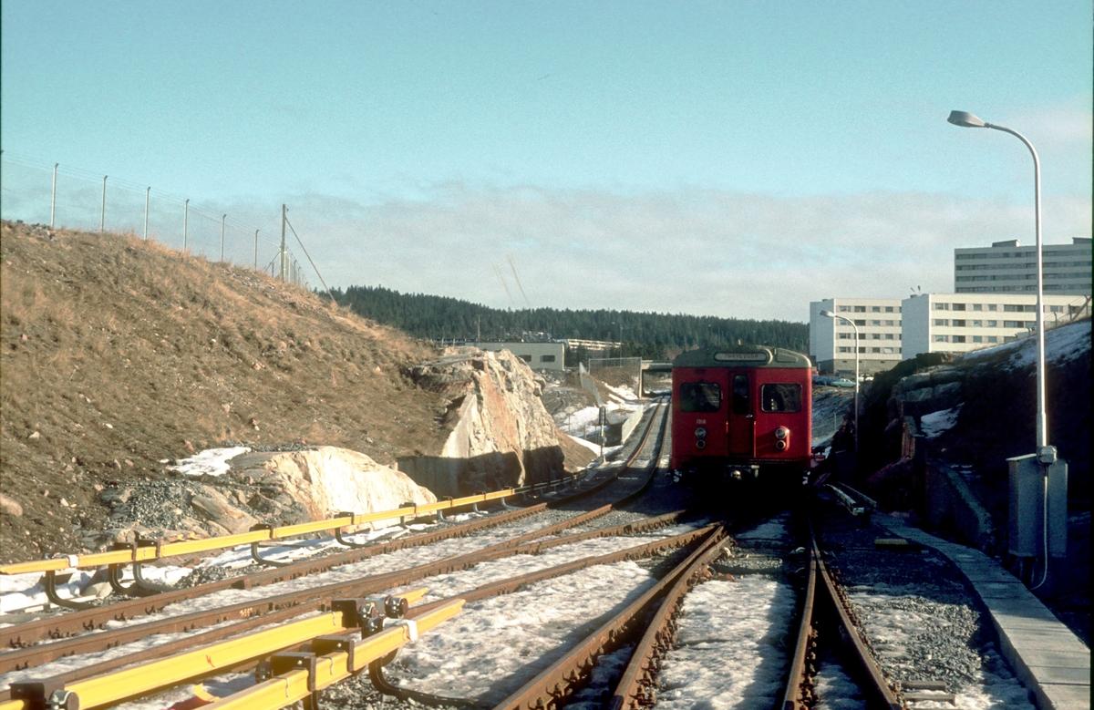 Ekstratog på Rommen T-banestasjon for Lokaltrafikkhistorisk forening, før den offisielle åpningen.