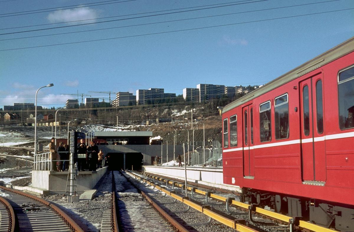 Rommen T-banestasjon med ekstratog før åpningen.