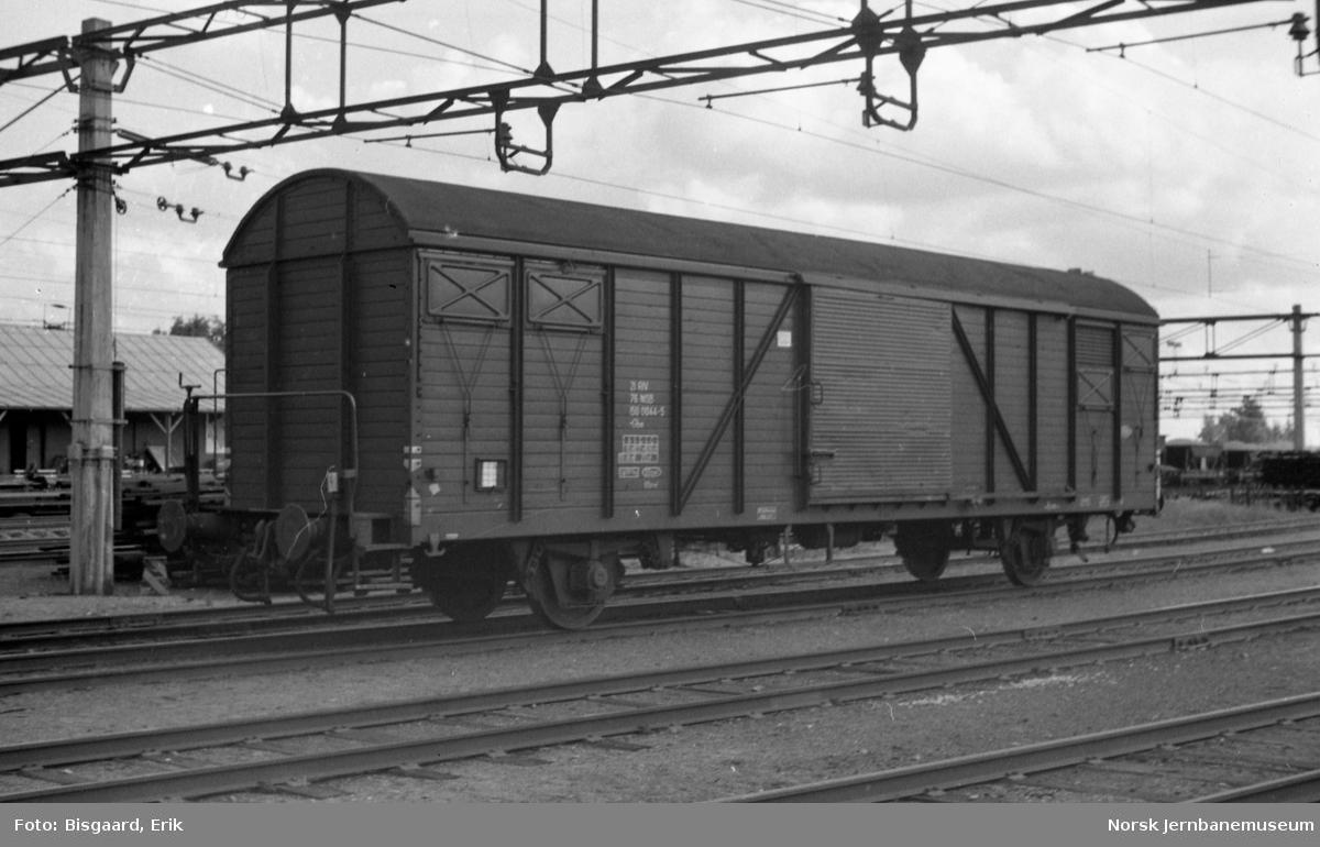 Lukket godsvogn Gbs 150 0044 på Ski stasjon