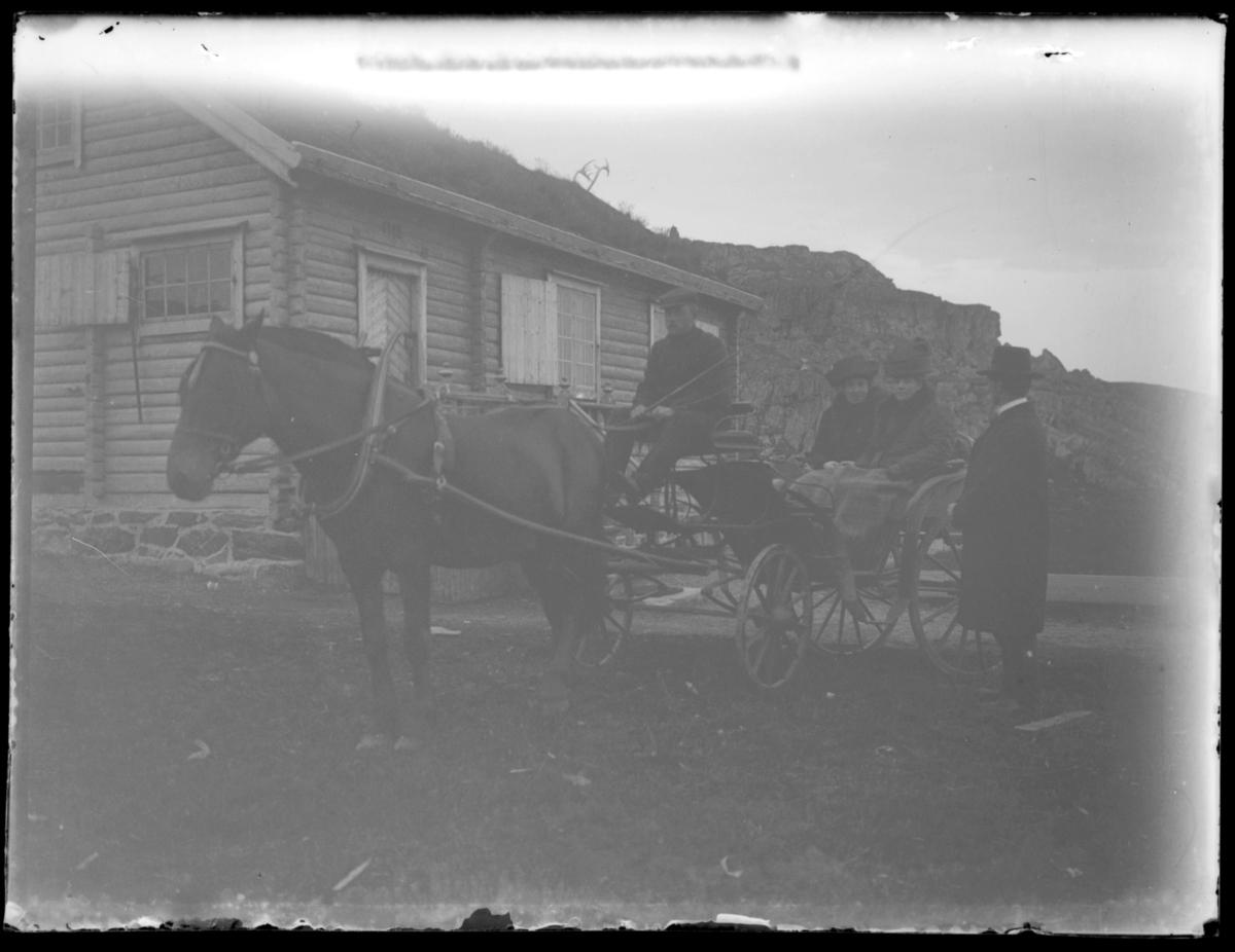 En hestekjerre med to kvinner står utenfor den gamle turnhytta på Skagen