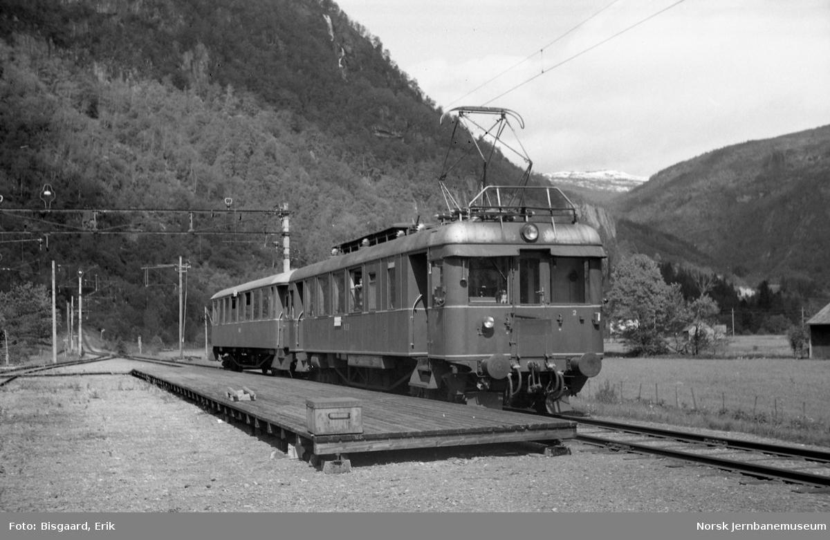 Persontog på Nesheim holdeplass med motorvogn BM 64 06