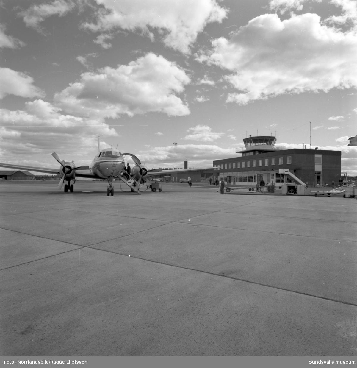Trafikflygplan vid terminalen på Midlanda flygplats.