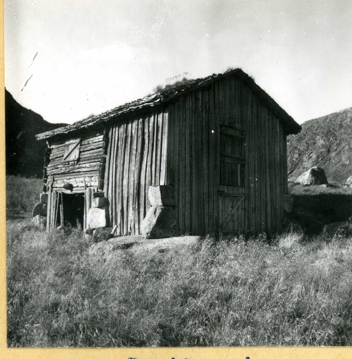 377 Støylsbu med uthus.