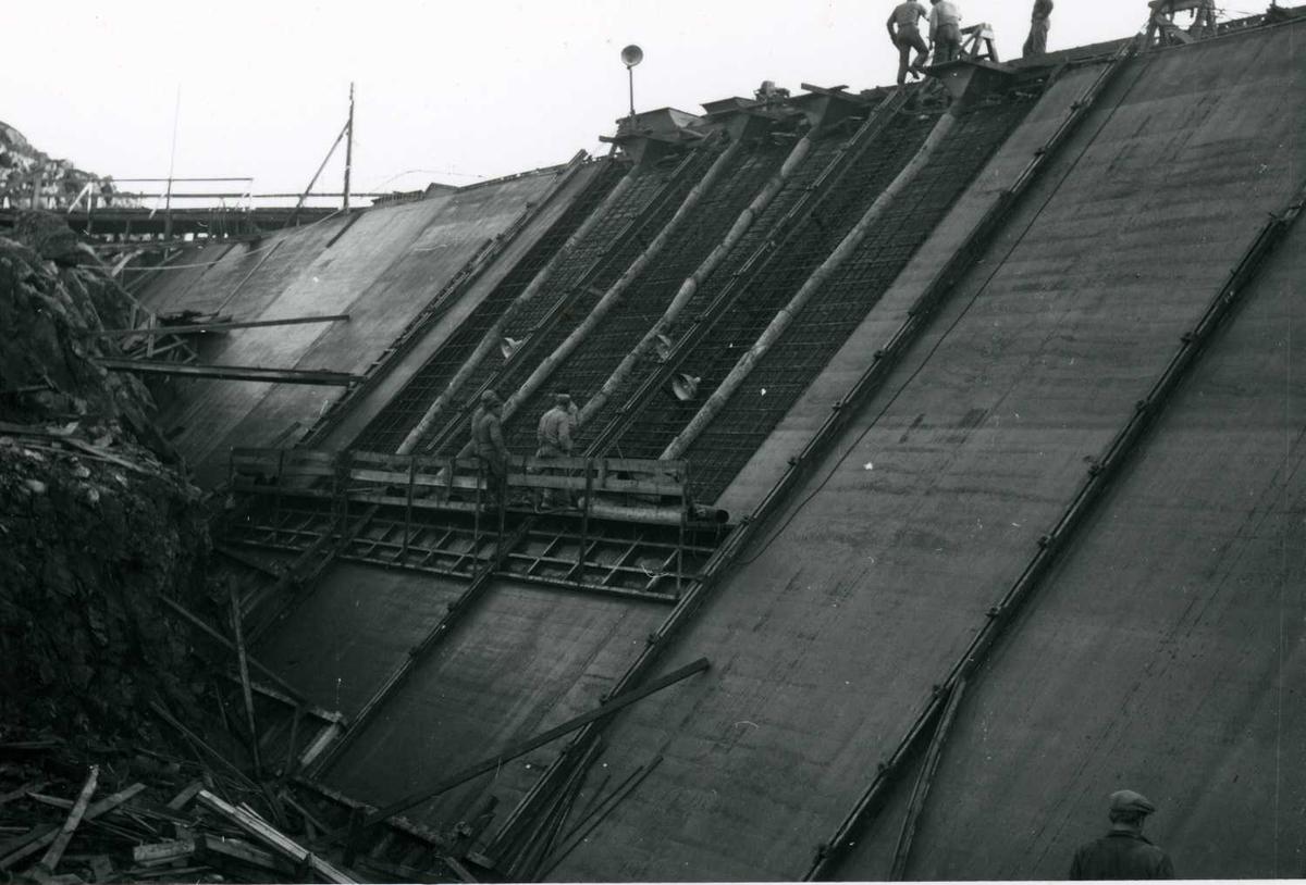 Støping av sperredam Kjela med glideforskaling 20-10-59 ..tif