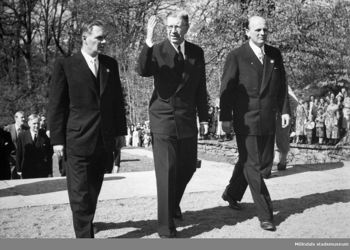 Kung Gustaf VI Adolf invigde nyrenoverade Gunnebo slott som museum den 16 maj 1952. Riksdagsmannen och kommunalrådet (Mölndals första kommunalråd) Gösta Andersson och borgmästare Karl Eric Bergquist går på var sin sida om kungen.