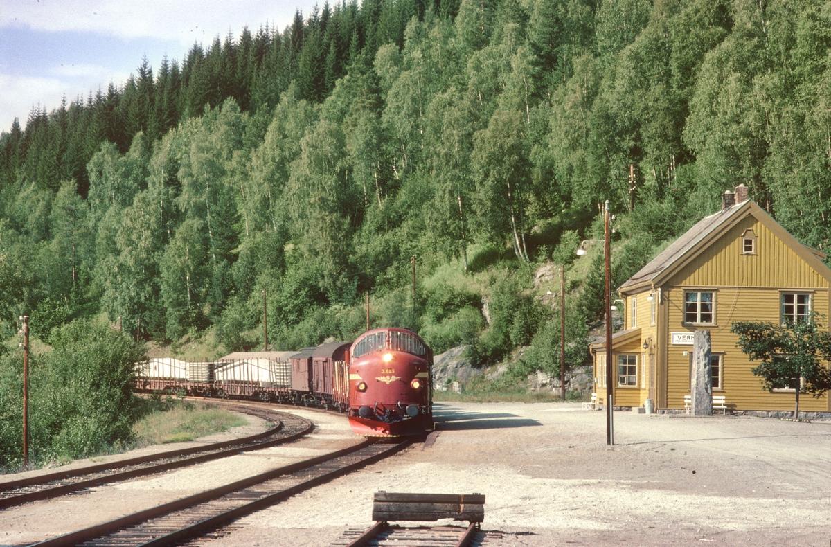 Godstog passerer Verma stasjon med NSB dieselelektrisk lokomotiv Di 3 625.