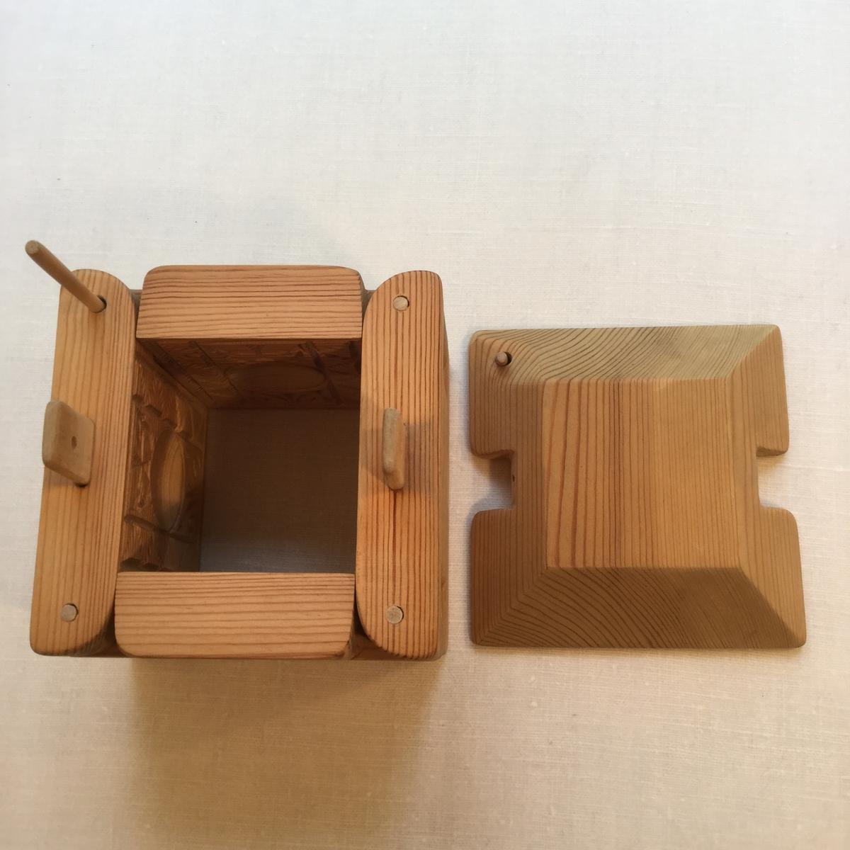 Ostform i furu med lock. Ledad konstruktion. Två delar. Läses med pinnar.