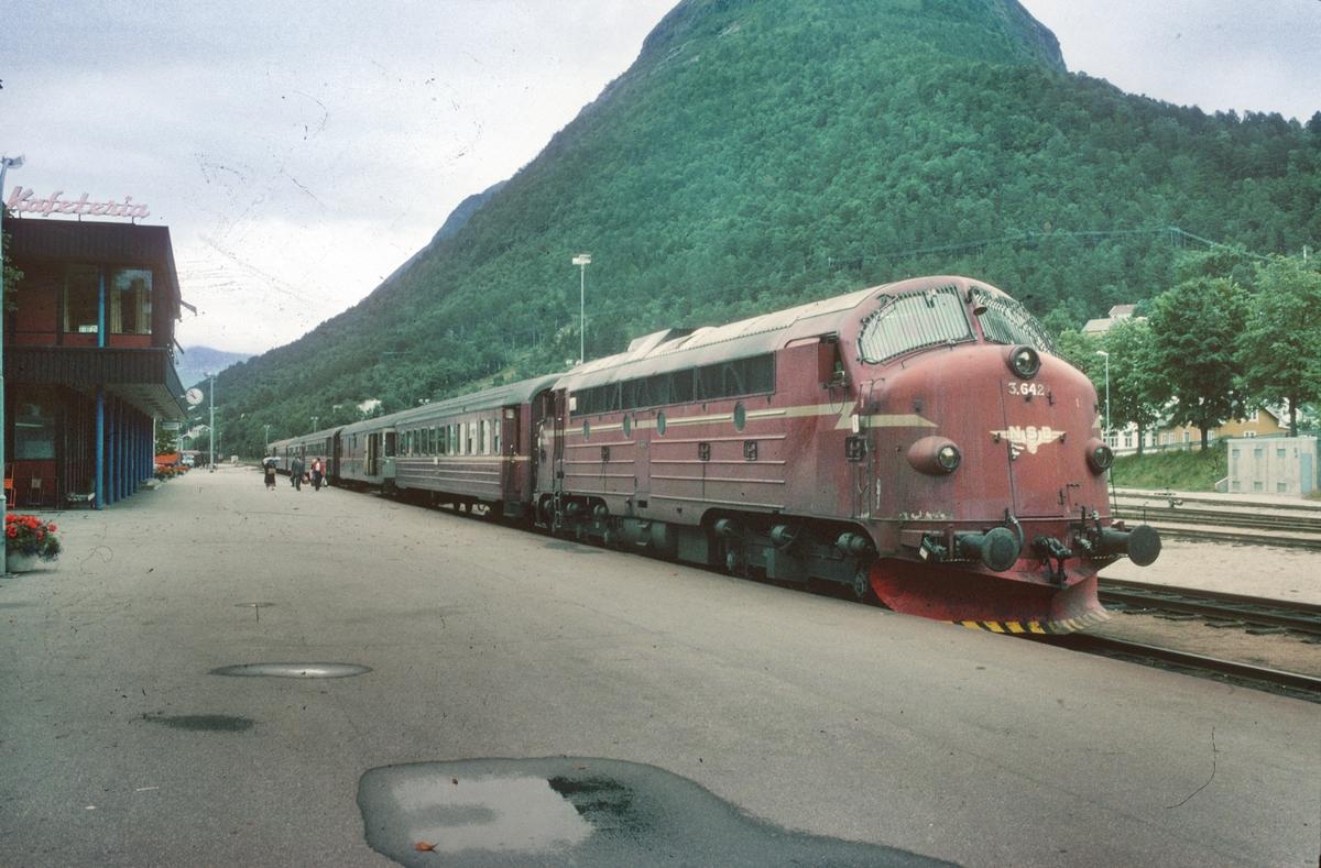 NSB persontog 354 til Dombås står klar til avgang på Åndalsnes stasjon. NSB dieselelektrisk lokomotiv Di 3b 642.