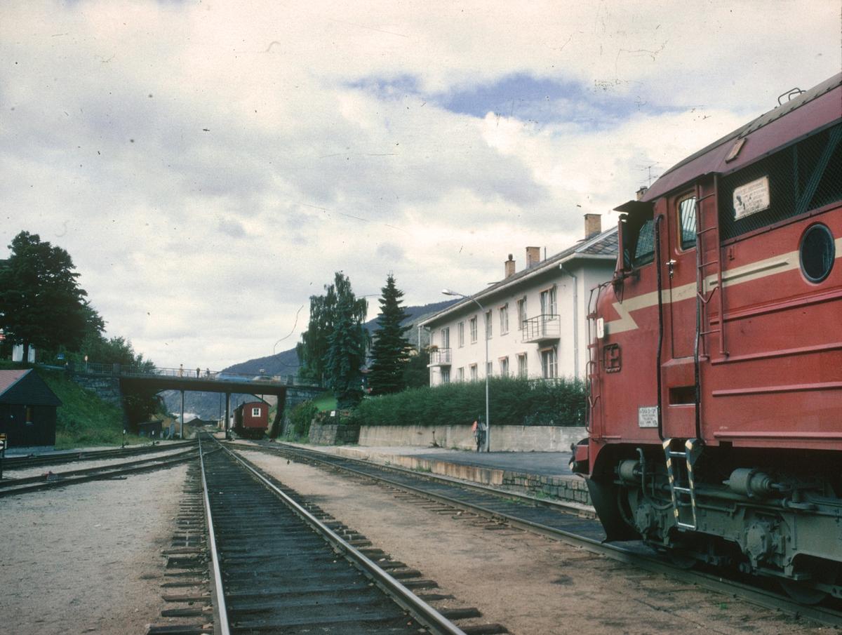 Tog til Dombås står klar til avgang på Åndalsnes stasjon. Vi ser NSB sitt overnattingsbygg.