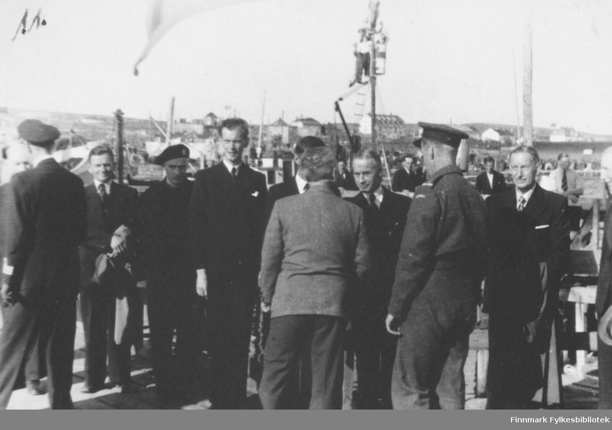 Bildet viser: Fra kronprins Olav's besøk sommeren 1945. Folk venter på  kronprins Olav.