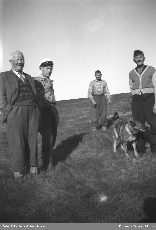 A.K. Mikkola og Mikkel Smuk på besøk på Strømsnes ute i Neidenfjorden. Fra venstre: A.K. Mikkola, Mikkel Smuk, Arvid og Mathis Puiko
