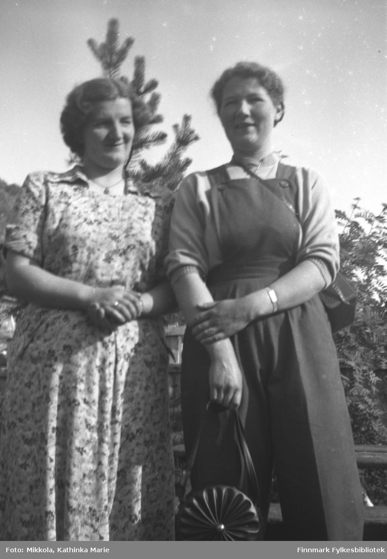 Mikkola-søstrene Astrid (til venstre) og Ingrid Mikkola, fotografert i hagen på familiens gård Mikkelsnes i Neiden. Bildet er tatt ved samme anledning som 05007-025