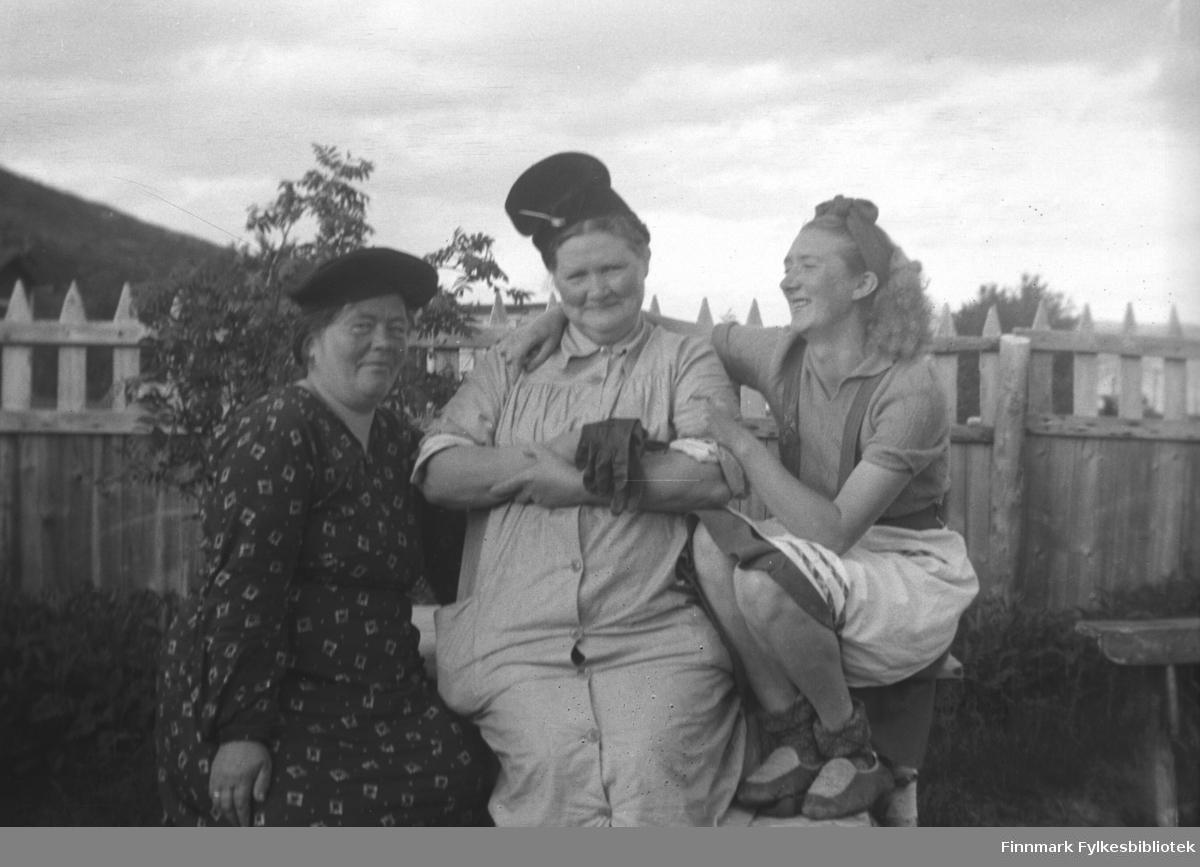 I hagen på Mikkelsnes. Fra venstre: Ida Mathisen, Kathinka Mikkola som har fjonget seg med en høy hatt, og Marine Mikkola som holder rundt sin mor og smiler lykkelig av hennes fjolleri