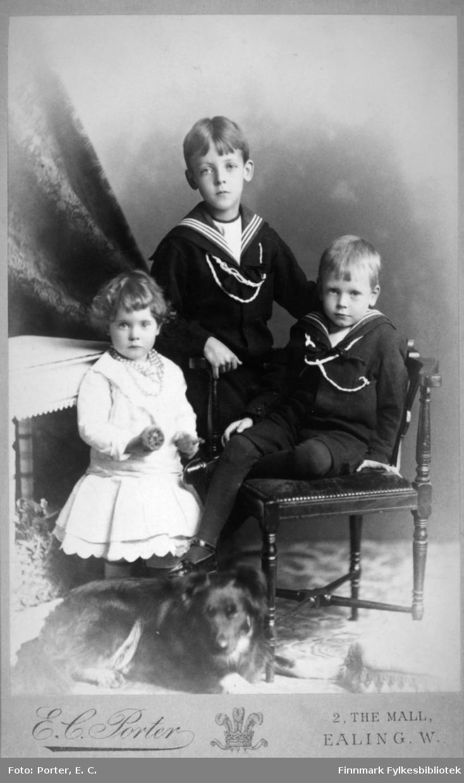 Portrett av tre barn, to gutter og en jente. Dette er mest sannsynlig barna til Philippa (f. Schwensen) og George Theodore Temple. Harald Markham Temple(f. 1882), Charles Gordon Temple (f. 1885) og Mary Penelope Temple (f. 1887). Portrettet er tatt hos E.C. Porter i London.