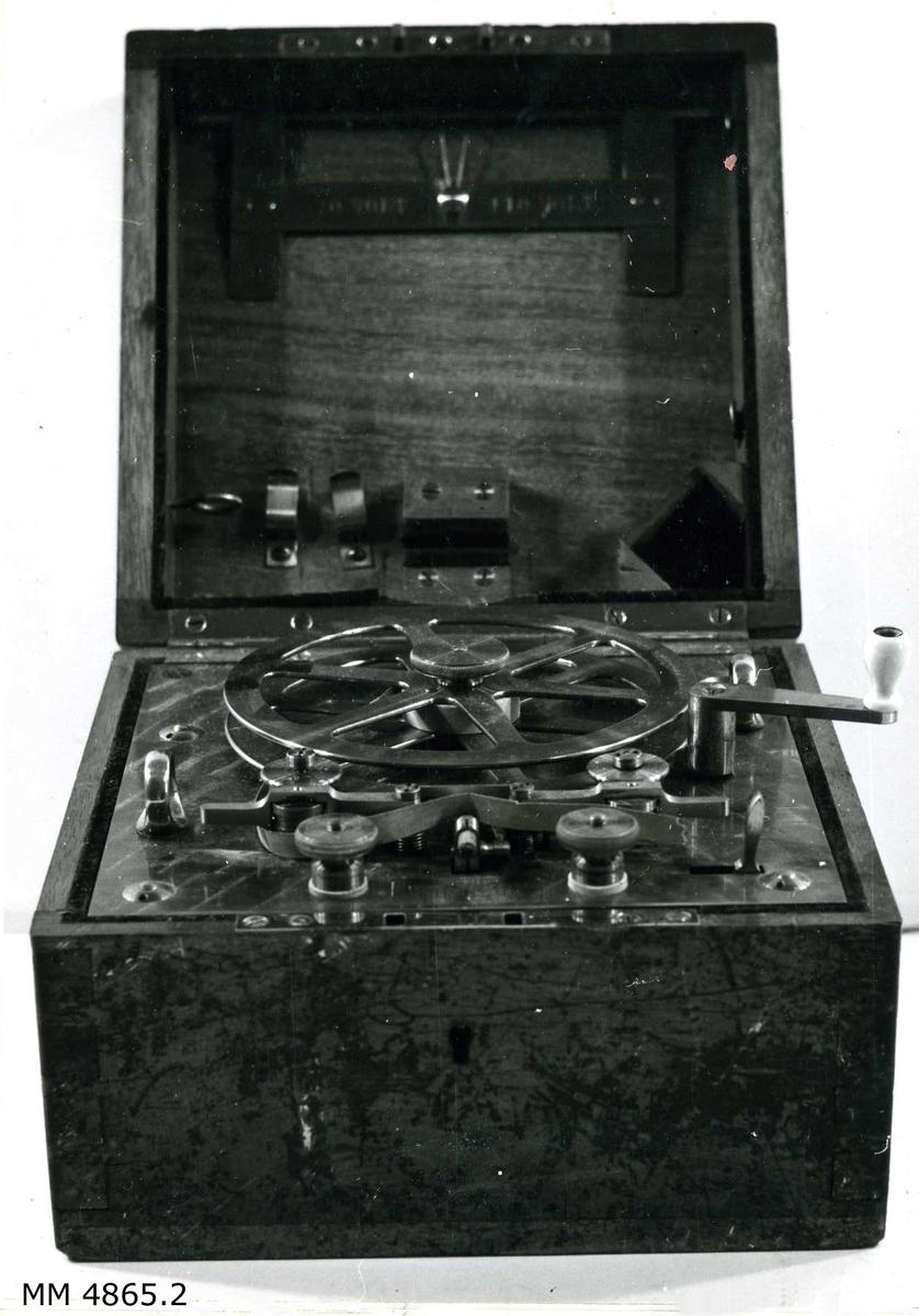 Telegraf, system Morse, elektrisk. Apparaten drives med urverk och el-kraft 70-90 volt. Förvaras i trälåda med lås (nyckel söndrig) och rörligt bärhandtag av mässing. Telegraf och låda märkta: Ingenieur von Petravic Wien- Hermarck No 108.