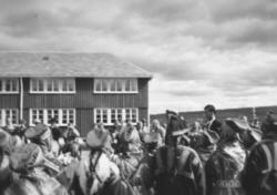 Kong Olavs besøk i Kautokeino. Hodet hans med den hvite luen