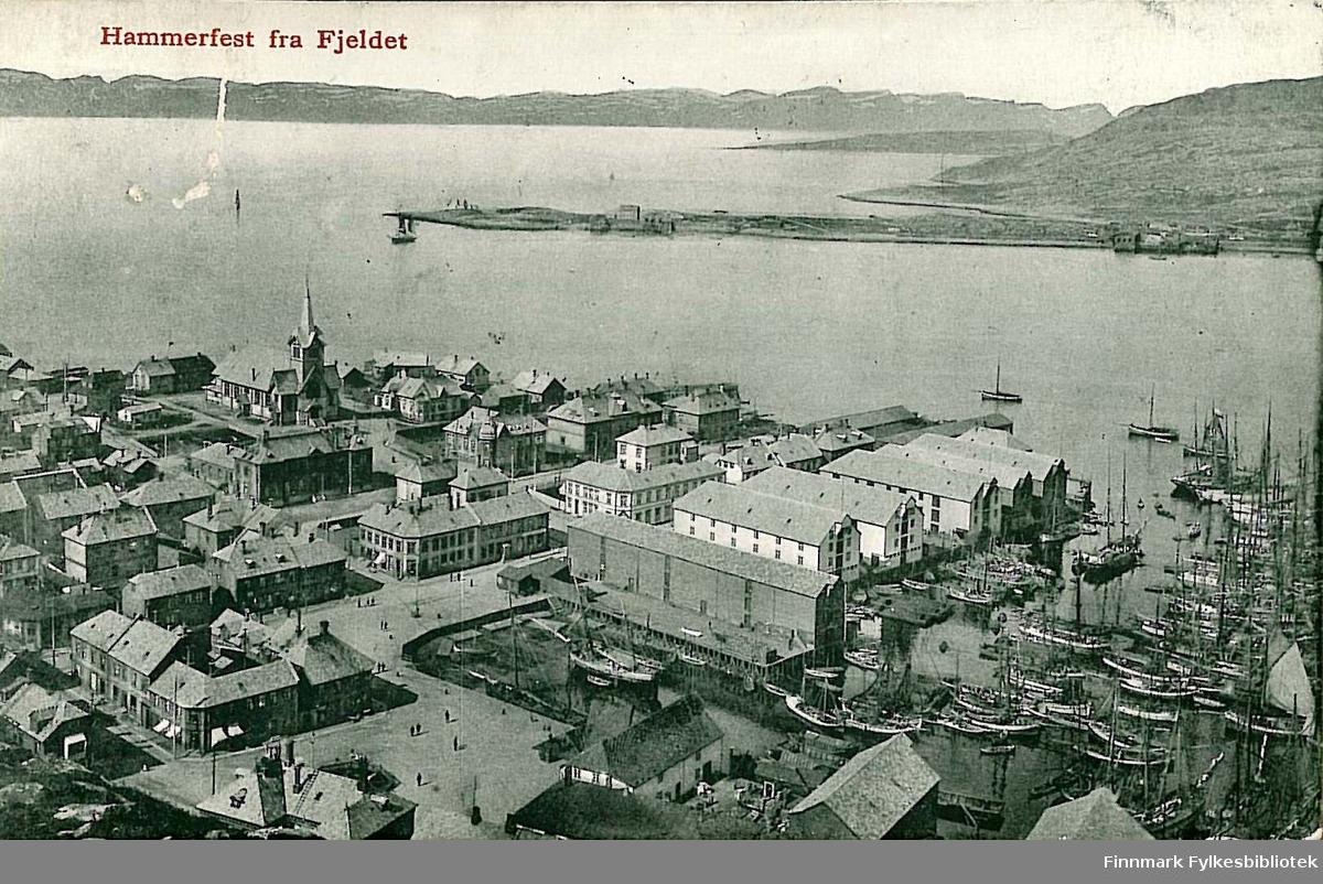 Postkort med motiv av Hammerfest sett fra fjellet Salen. Kortet er en jule- og nyttårshilsen til Arthur Buck på Hasvik og er sendt fra Hammerfest i jula 1913.