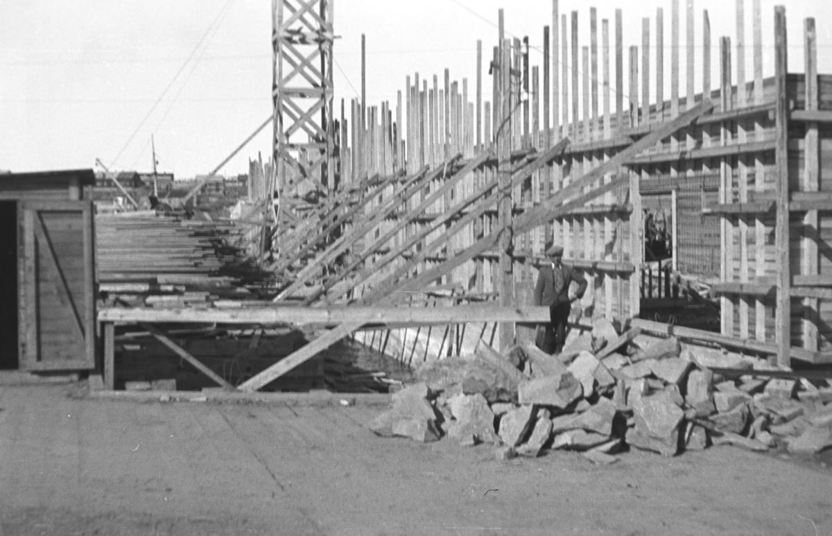 Bygging av dampskipskaia med lager i Vadsø etter andre verdenskrig. Mannen som står inntil den kraftige forskalingen er ukjent.
