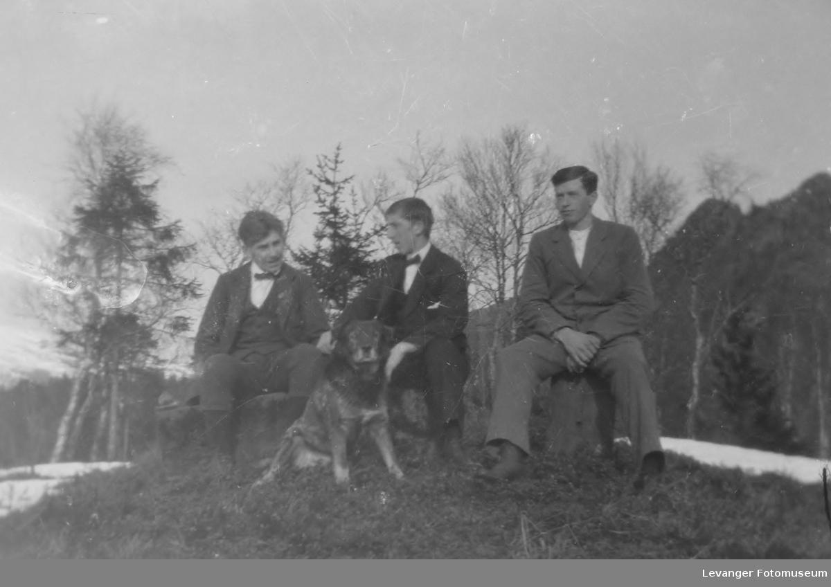 Karer med hund sitter på Smihaugen