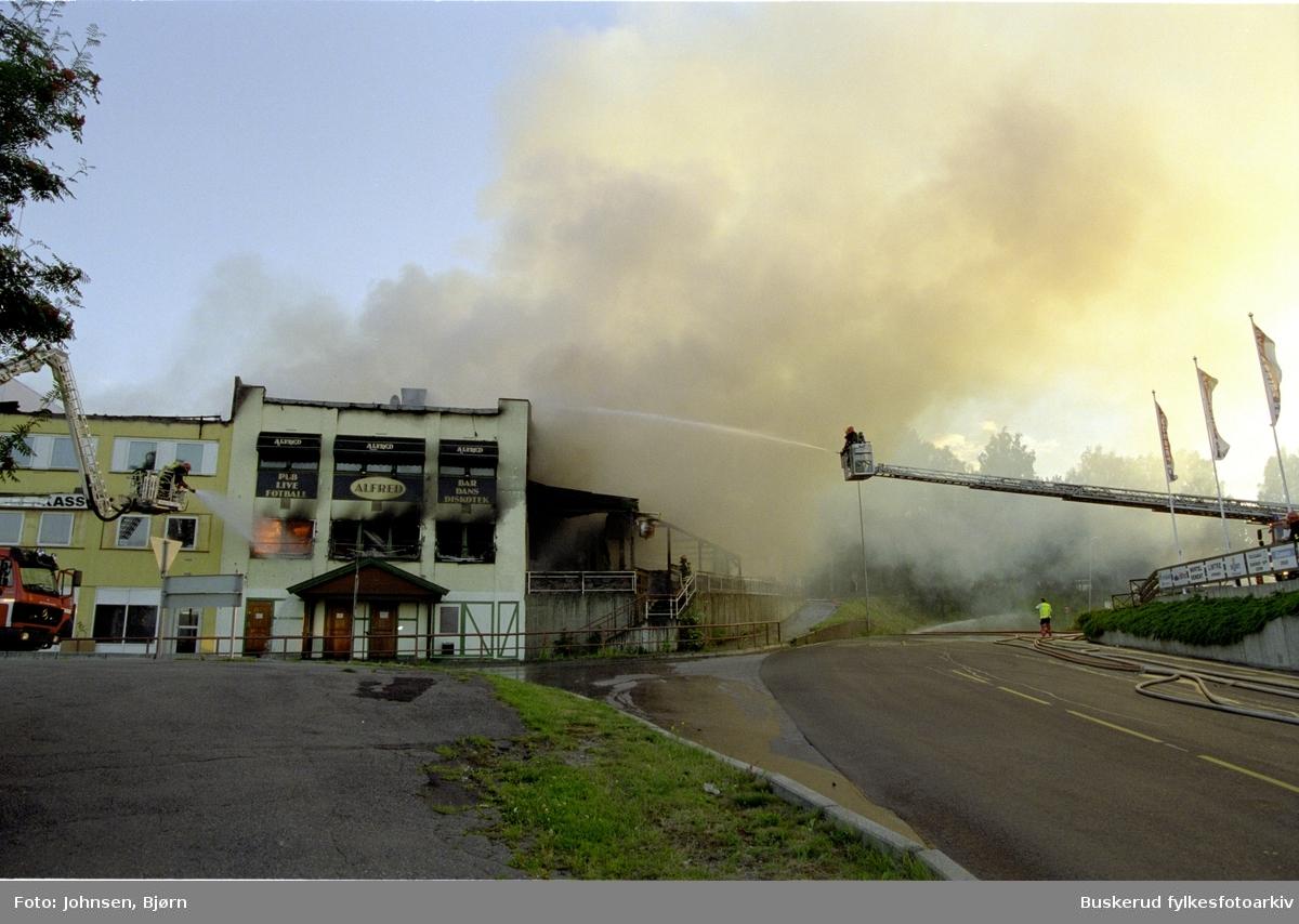 Bybrann i Hønefoss2001  hvor deler av øverte del av Stabellsgate brant opp. Restauranthuset Alfred ble også tatt av flammene.