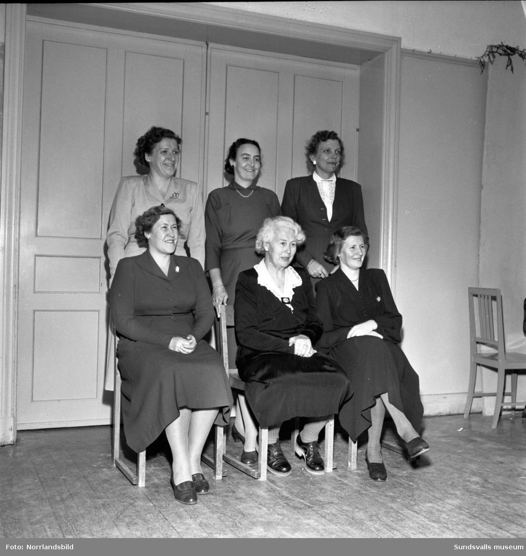 24 elever utexaminerade från Vita Bandets barnsköterske- och husmodersskola. Bild 7 visar lärarkollegiet. I mitten bakre raden står barnavårdsläraren Anna Lilja. Från vänster i främre raden sitter rektor Elsa Rutbäck, Inga Rietz (fd rektor) samt läraren Julia Dahlborg (f d Elfving).
