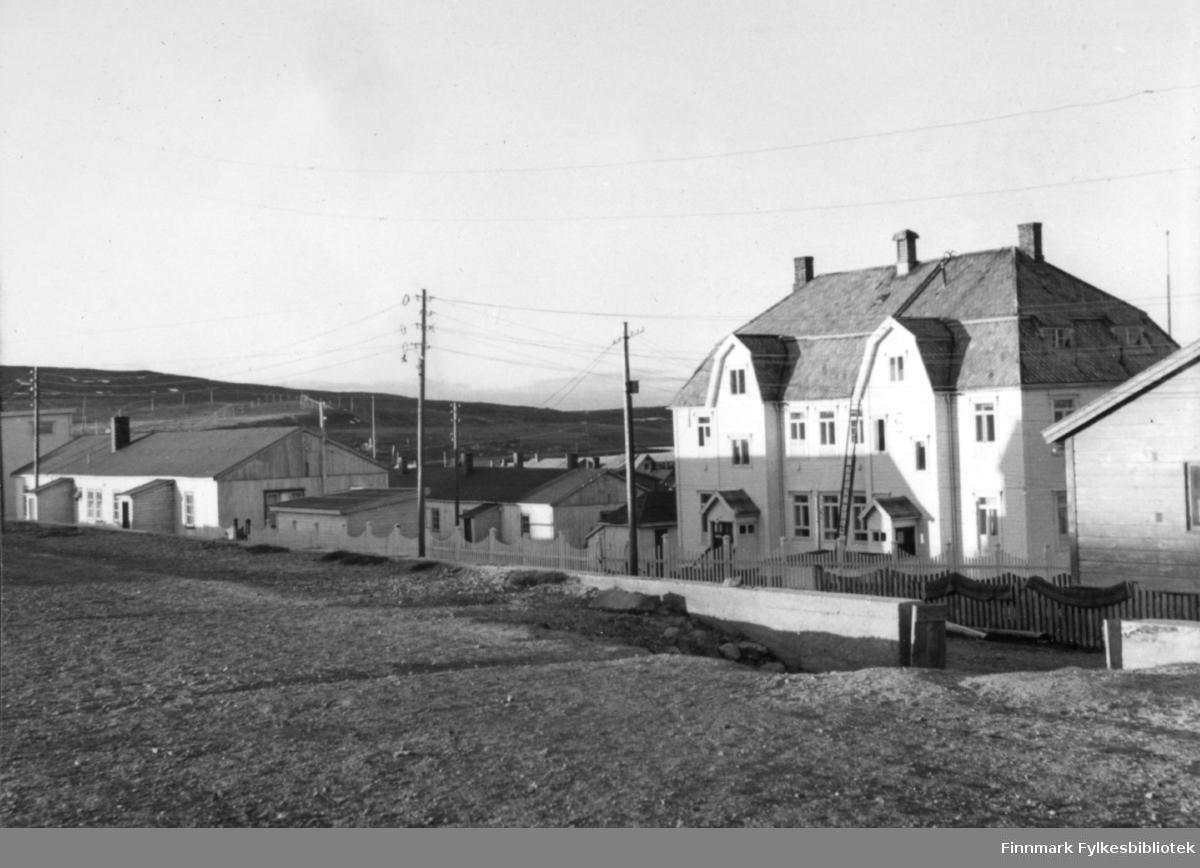 Kysthospitalet i Vadsø i midnattsol 1957.