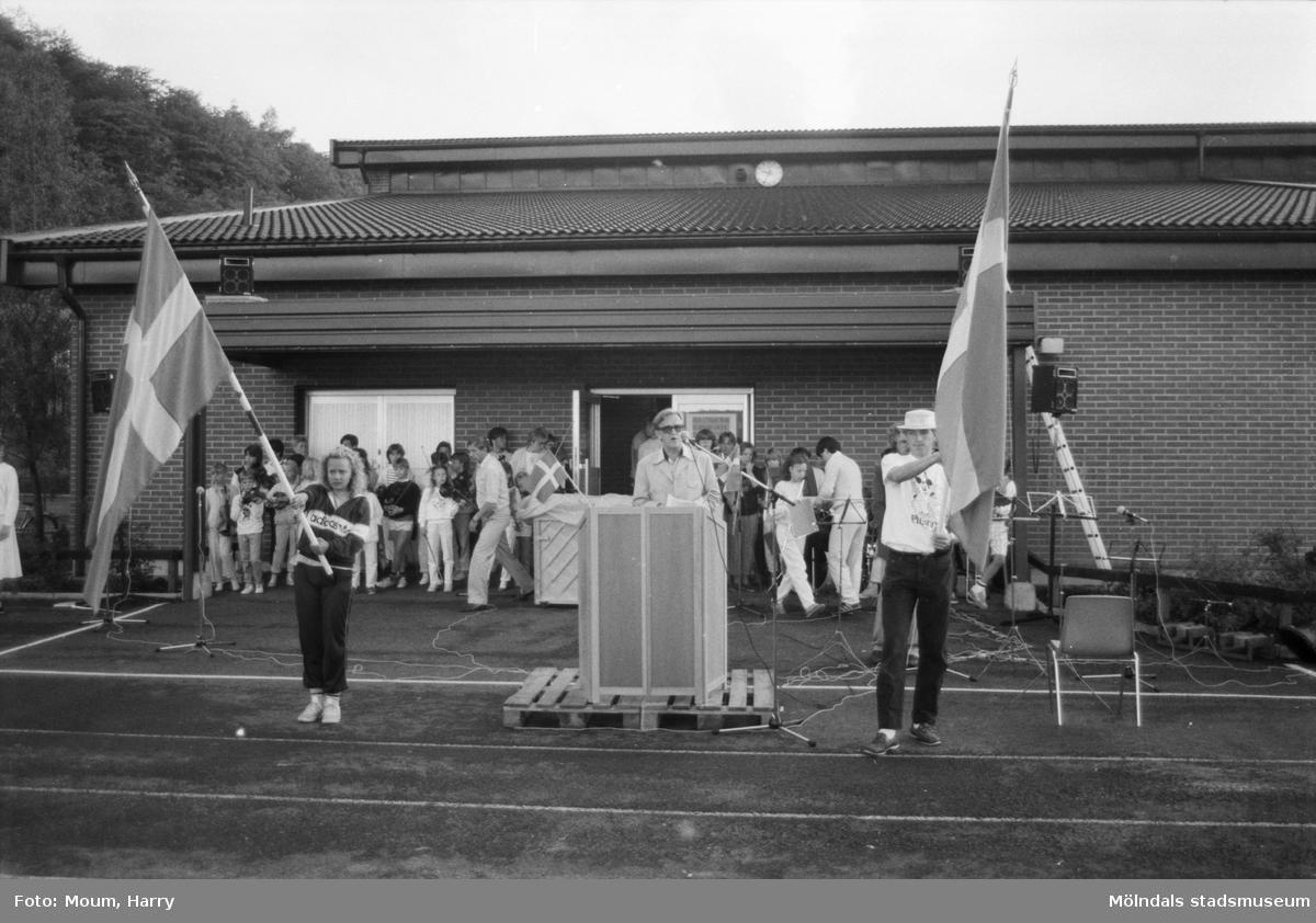 Nationaldagsfirande på Ekenskolan i Kållered, år 1985.  För mer information om bilden se under tilläggsinformation.
