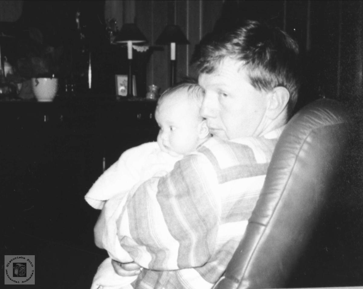 Far og dotter i godstolen.