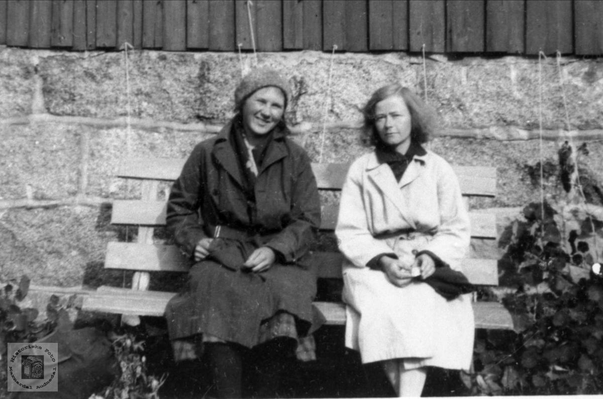To damer på hagebenken.