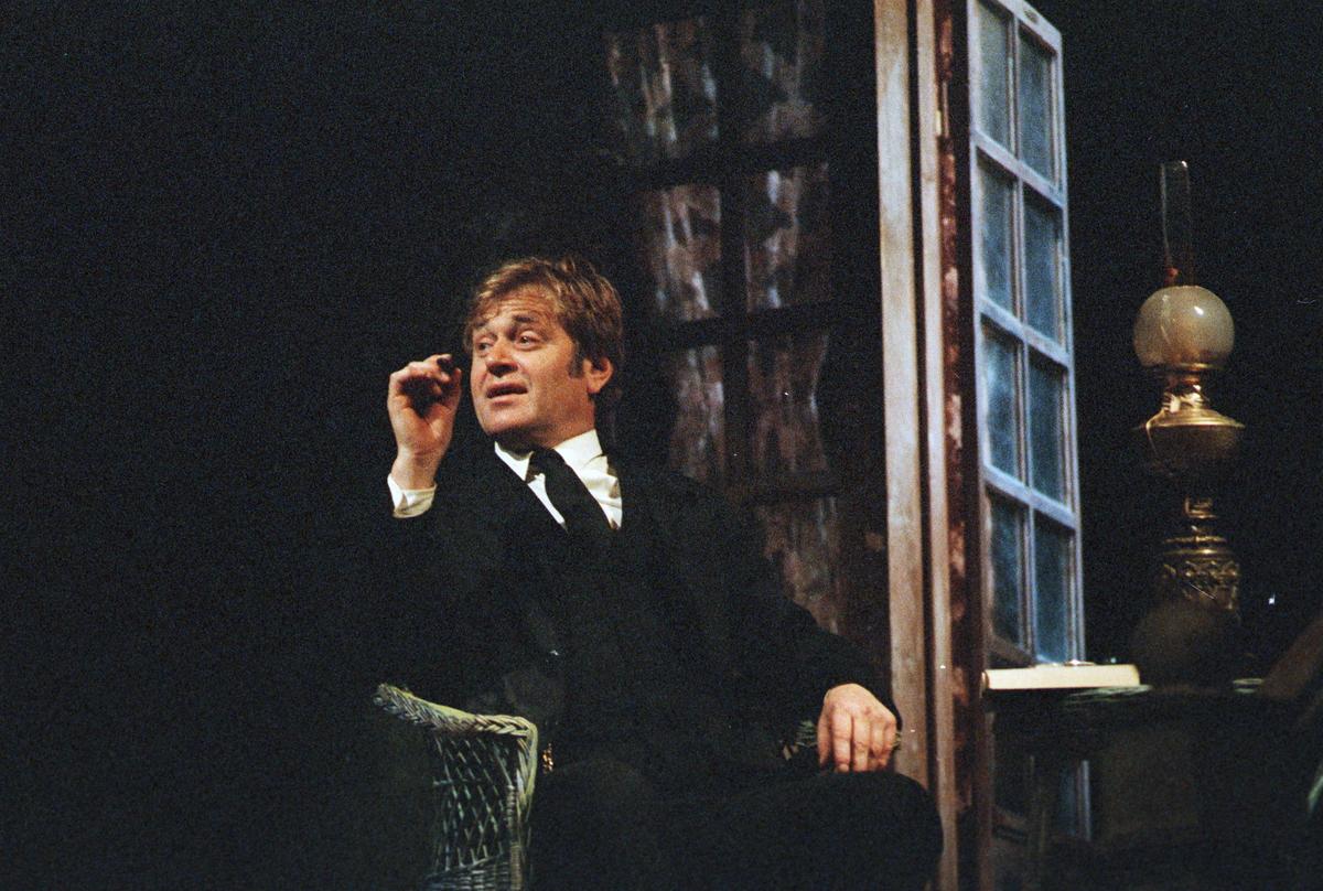 """Scene fra Nationaltheaterets oppsetning av Maxim Gorkij """"Solens barn"""". Forestillingen hadde premiere 18. oktober 1979. Ernst Günther hadde regi og Lubos Hruza kostymer og scenografi."""