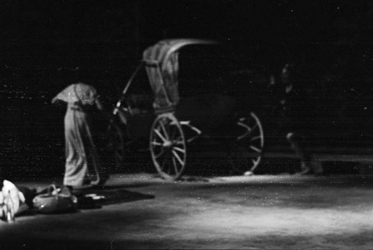 """Scene fra Nationaltheaterets forestilling av Anton Tsjekhovs """"Kirsebærhaven"""". Forestillingen hadde premiere 22. september 1971. Jan Kacer hadde regi og Lubos Hruza kostymer og scenografi."""