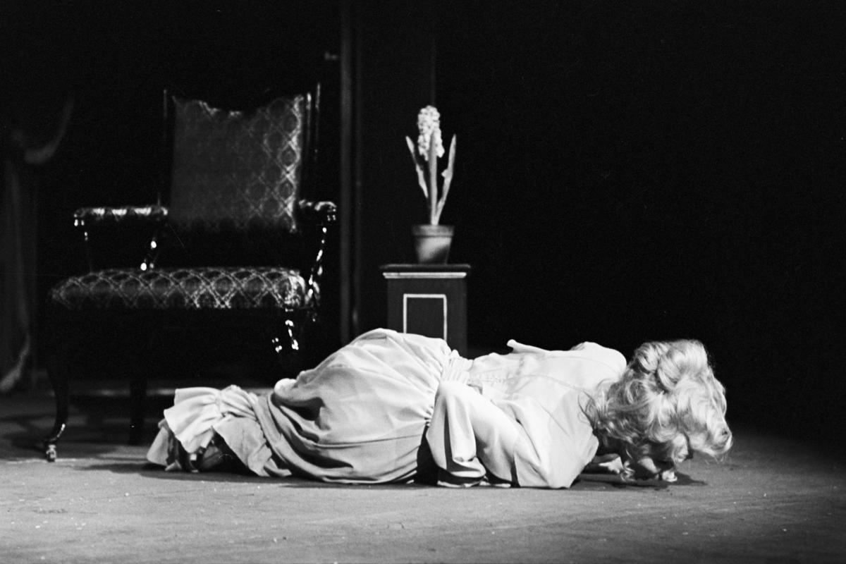 """Scene fra Nationatheaterets oppsetning av August Strindbergs """"Spøksonaten"""". Forestillingen hadde premiere 26. september 1979. Stein Winge hadde regi, Lubos Hruza scenografi og kostymer var ved Per Lekang."""