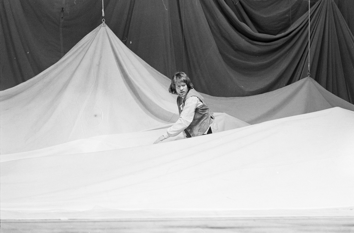 """Scene fra Nationaltheaterets oppsetning av Henrik Ibsens """"Peer Gynt"""". Forestillingen hadde premiere 20. mars 1975. Edith Roger hadde regi og Lubos Hruza kostymer og scenografi."""