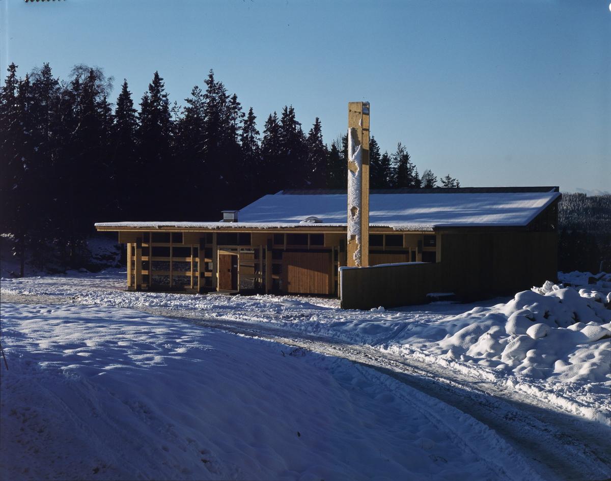 Arkitekturfoto av trekirken på Romsås. Blei bygd i 1975 og brant i 1986.