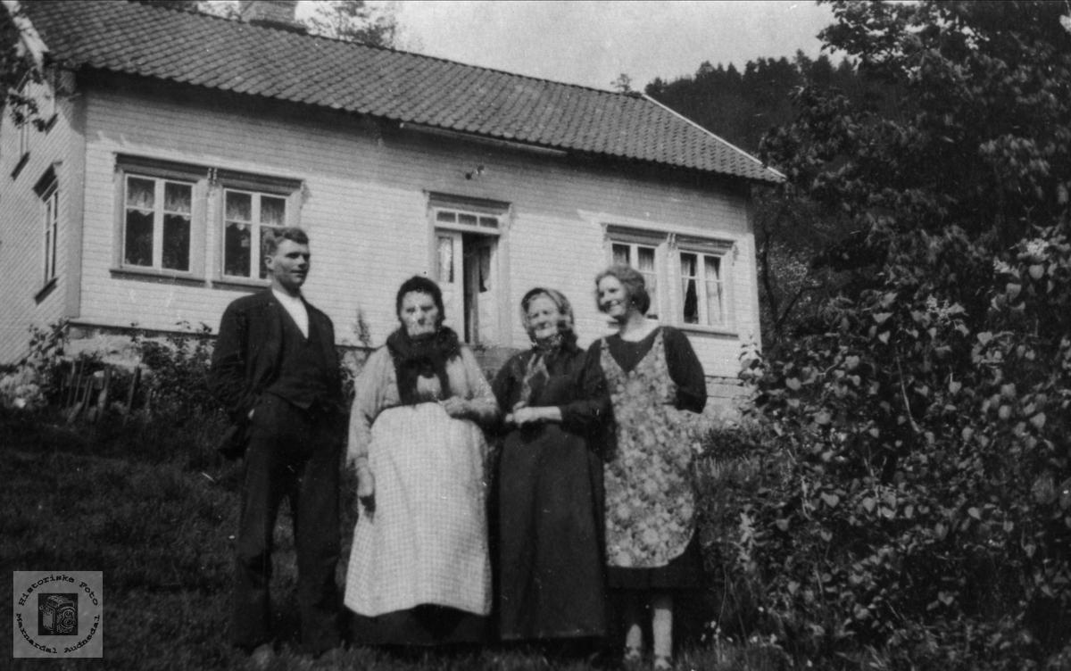 Sillebertine med datter og to barnebarn.