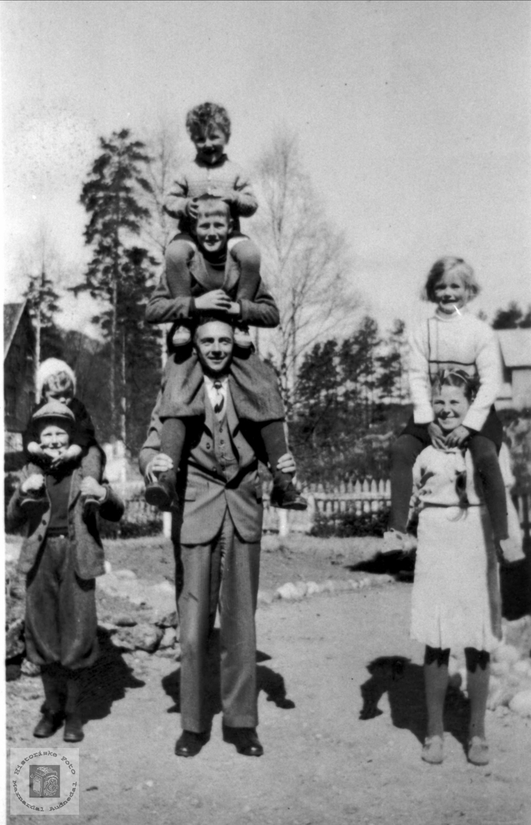 Doktor Rosenvold sammen med barn