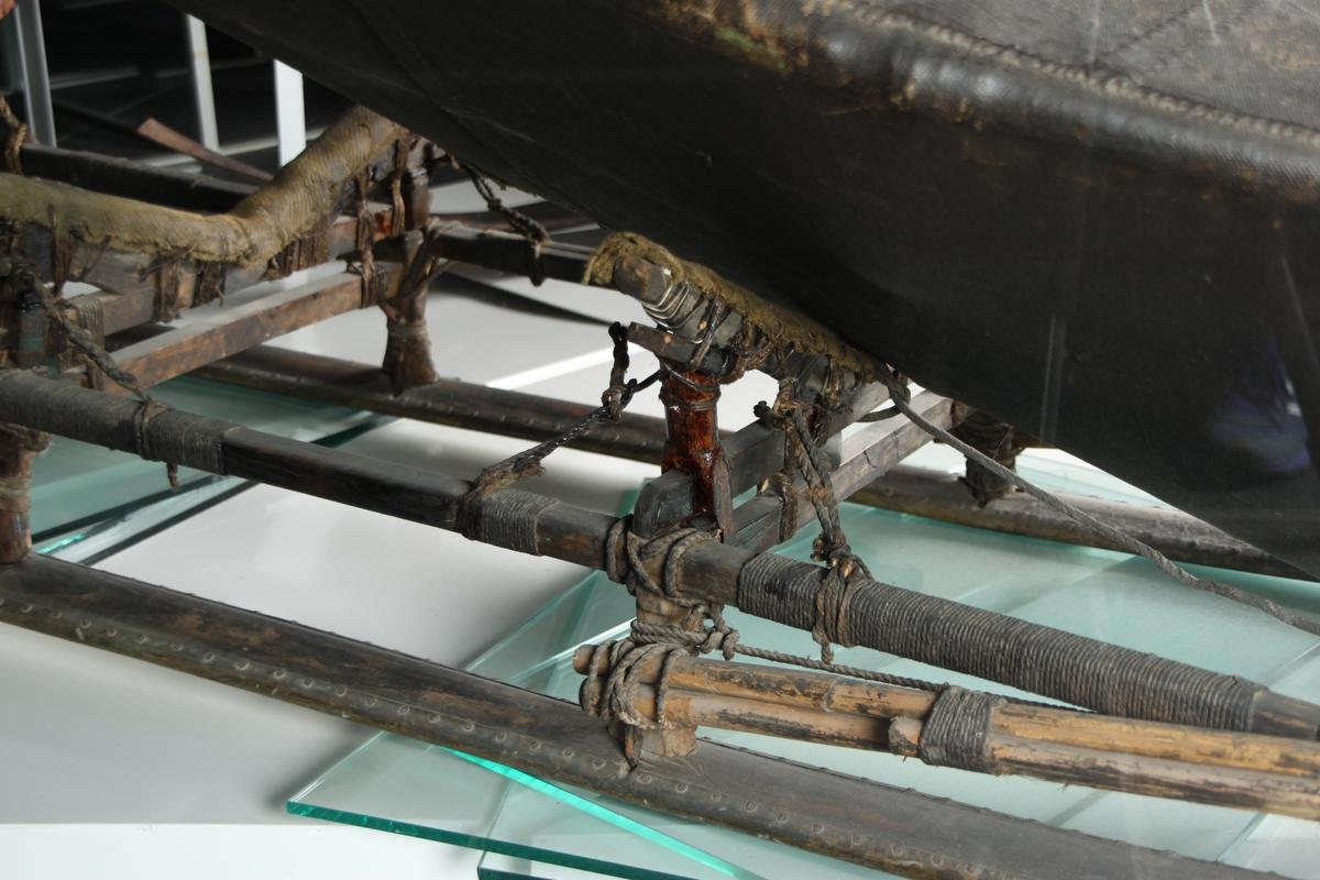 En skikjelke i tre og bambus brukt av Fridtjof Nansen. Treet holdes sammen med tau, og meiene er kledd med metallplater. Platene er festet med stifter/ spiker. Kjelken har tre v-formede støtter til kajakken. Kjelken var opprinnelig litt lengre, men ble kuttet så den lettere kunne fraktes over råker og åpent vann. Under marsjen over isen, ble kajakkene plassert oppå kjelkene.