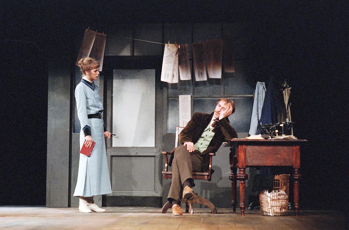 """En scene fra Nationaltheaterets oppsetning av Henrik Ibsens """"En folkefiende"""". Forestillingen hadde premiere 27. september 1979. Regi var ved Charles Marowitz."""