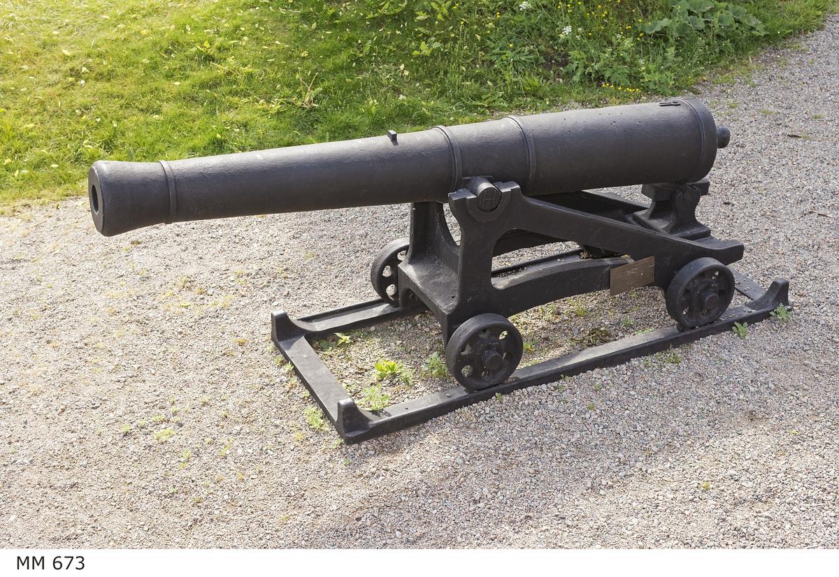 """6-pundig slätborrad framladdningskanon Aschlings modell av 310 kulors vikt med lavett och kursör av järn. Kanonens gjut. nr 6. Märkt å ena tappen """"H"""" och å den andra """"85""""."""